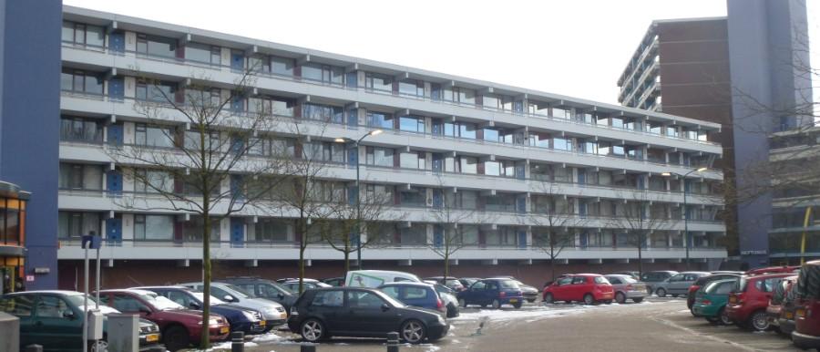 Een flat met verouderde balkons